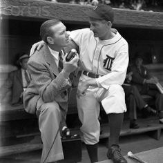 Dizzy Dean and Detroit Tiger Manager Del Baker. Dizzy was a broadcaster at that time. Prior to the 1941 All Star Game, at Briggs Stadium (Tiger Stadium) he was interviewing Detroit Manager Del Baker. Baseball Manager, Baseball Park, Baseball Field, Detriot Tigers, Tiger Stadium, Major League, New York Yankees, Milwaukee, Dean