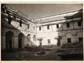 Obras en el Patio Blanco, originalmente claustro del convento mercedario, durante la adaptación a sede de la Diputación en los años 60 del siglo XX. Aún no se habían vaciado las arcadas que acabarán haciendo practicable todo el patio.