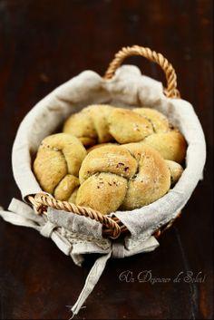 Petits pains moelleux à l'ail et aux herbes - knots (bread) with garlic and herbs