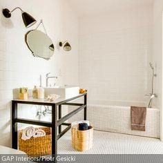 Der filigrane Waschtisch ist ein besonders schönes Element im Bad, weil er eben nicht so wuchtig ist wie die üblichen Waschbeckenunterschränke. Es ist ein…