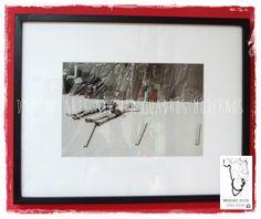 Fotografía enmarcada con 10 cm de paspartú blanco y varilla tipo cajón, de 1,5 cm de frente por 3,5 cm de profundidad, terminación en negro, vidrio común.