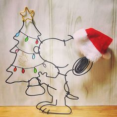 . クリスマススヌーピー . ウッドストックも仲間入り . オーダーいただき付けてみました . . #ワイヤークリスマス #ワイヤークラフト雑貨 #ワイヤークラフト #クリスマス #スヌーピー #snoopy #ハンドメイド #handmade Stylo 3d, Snoopy Christmas, 3d Pen, Iron Wire, Peanuts Gang, Wire Crafts, Wire Art, Diy Projects To Try, Blacksmithing