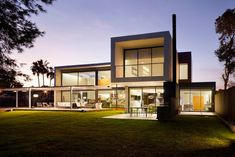 D&E House by sanahuja and partners Exteriores muy lindos. Lindo alero de hierro y vidrio; muebles de jardín