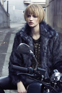 I Love Her Hairstyle and Winter Outfits, Short Hair Inspiration Short Hairstyles For Women, Cool Hairstyles, Look 2017, Shot Hair Styles, Pelo Bob, Corte Y Color, My Hairstyle, Mode Outfits, Great Hair