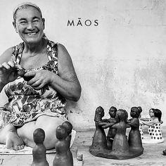 O projeto Maos Ateliê desenvolve um trabalho de impacto socioeconômico positivo tanto em comunidades rurais, quanto urbanas. É pelas mãos de mulheres brasileiras que nascem os artesanatos que carregam ancestralidade, cultura e a beleza do nosso país. ⠀ Reunindo trabalhos de todos os cantos do Brasil, respeitando o tempo de cada processo, as obras acabam deixando qualquer ambiente mais vivo e rico. ⠀ Vem conhecer essas peças que são a cara do Brasil! Disponível na Bemglô Oscar Freire, 1105. Oscar Freire, Vivo, Brazilian Women, Good Ideas, Handmade Crafts, Weather, Environment, Faces, Artists