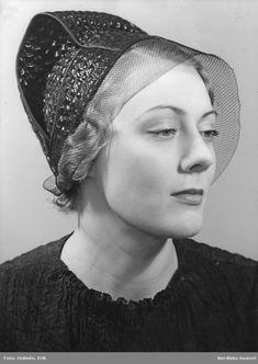 1935. Kvinnlig modell i stråhatt med tyll. Foto: Erik Holmén för Nordiska Kompaniet