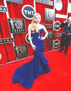Amanda Seyfried de azul en la alfombra roja de los SAG Awards