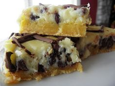 Chocolate Chip (Ooey) Gooey Butter Cake Recipe - Not only is this dessert a hit everytime, but its incredibly easy to make! Its a simple dessert recipe that you will love to make and everybody will LOVE to eat! Sweet Recipes, Cake Recipes, Dessert Recipes, Recipes Dinner, Think Food, Love Food, Bon Appetit Bien Sur, Crack Cake, Ooey Gooey Butter Cake