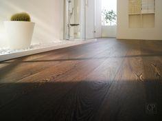 Een houten vloer in donkere houtsoort of donkere gekleurd geeft warmte in een ruimte   Inspiratie donkere vloeren BVO Vloeren, houten vloeren en parket
