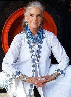 Ali macgraw aging gracefully, gray hair, grey hair over beautiful women over Ali Macgraw, Fashion Over 50, Look Fashion, Womens Fashion, Older Women Fashion, Timeless Fashion, Beautiful Old Woman, Stunning Women, Simply Beautiful