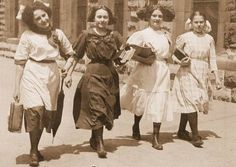 CHICAGO – FOUR GIRLS CARRYING BOOKS HOME FROM SCHOOL – 1911