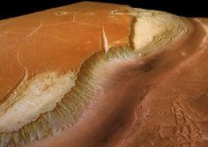 Une vue 3D d'une rive de Kasei Valles, obtenue par la caméra High Resolution Stereo Camera (HRSC) de Mars Express. Kasei Valles est l'une des plus grandes vallées de débâcles présentes à la surface de Mars, large de 500 km et s'étendant sur plus de 2500 km au nord du grand canyon de Valles Marineris. Ces vallées titanesques se sont formées lors de gigantesques inondations qui ont déversé de grands volumes d'eau liquide. Ces vallées, comme Kasei Valles, ont par la suite connu une activité…