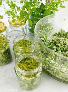 Domowe pesto z pietruszki. Homemade pesto with parsley. Homemade Pesto, Palak Paneer, Raw Food Recipes, Parsley, Hummus, Pickles, Cucumber, Food And Drink, Cooking
