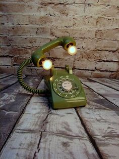 22 Old Things That Make Awesome DIY Lamps True Vintage Rotary Phone Upcycled Table Lamp by BenclifDesigns. See more ideas in 22 Old Things That Make Awesome DIY Lamps. Room Lamp, Desk Lamp, Lamp Table, Diy Table, Bed Room, Diy Luz, Diy Luminaire, Rustic Lamp Shades, Pipe Lamp
