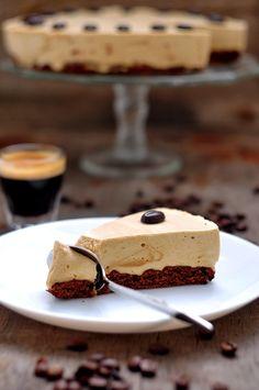 algo dulce para una taza de café - café pastel con crema batida