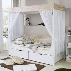Schlafen wie im Märchen lässt es sich für Ihren Nachwuchs im Himmelbett LINO mit den Maßen von ca. 211 x 97,5 x 182 cm (L x B x H) aus Weiß lackiertem Kiefernholz. Ihr Nachwuchs schläft auf einer Liegefläche von 90 x 200 cm unter einem schönen Himmel aus weißem Tüll und einem Stoff in Beige mit Sternen-Design. Hier lässt es sich ganz wunderbar kuscheln, relaxen und träumen. Das Schlafmöbel verfügt über Kopf- und Fußteil, trägt bis zu 75 Kilogramm Gewicht. Kura Bed, Bunk Beds, Tulle Material, Bed Pillows, Cushions, Cushion Pillow, Media Storage, British Colonial, Framing Materials