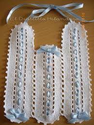 Resultado de imagen de baberos ganchillo Crochet Baby Bibs, Newborn Crochet, Crochet Baby Booties, Crochet Dolls, Free Crochet, Bib Pattern, Newborn Outfits, Beautiful Crochet, Crochet Projects
