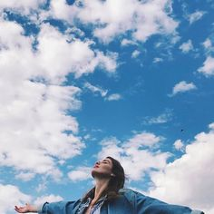Be free and fly away. Be free and fly away. Portrait Photography Poses, Photography Poses Women, Tumblr Photography, Creative Photography, Flying Photography, Selfie Foto, Photographie Portrait Inspiration, Best Photo Poses, Instagram Pose