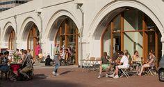 Het terras van een van de cafés in de Hogbogen. (Foto: Maarten Laupman)