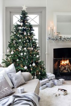 40 Elegant Christmas Tree Decor Ideas 30 – Home Design Christmas Living Rooms, Christmas Mood, Noel Christmas, Christmas Fashion, Christmas Tree Inspo, Vintage Christmas, Christmas Tree Simple, Christmas Ideas, Christmas Movies