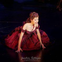 Musical Tanz der Vampire: Sarah @dianaschniererova bezauberte mit ihrer ganz hervorragenden und nuancierten Performance im Ronacher @musicalviennavbw #tdv #musical @tanz.der.vampire #event #eventphotography #vampire #tanzdervampire #ronacher #wien #vienna #blogger #picoftheday #pictureoftheday #augsburg #bayern #stagephotography #theater #latergram #drew #drewsarich #lumix