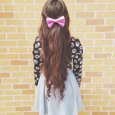 The bow makes the hair look so cute :3 I love everything she's wearing O.O