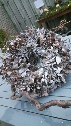 krans gemaakt van ameikaans eikenblad. Je legt 3 bladeren opelkaar pakt ze in het midden en met een kram plaats je ze in strokrans. met de steeltjes en de punten omhoog. Als heet klaar is spuitbus witte verf en poedersneeuw er over. Ook met kerstverlichting een aanrader. Je kunt hier jaren plezier van hebben.