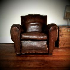 Big lovely leather chair - few cushions and settle in with a good book | Style like Clubhouse| Oh, Pioneer!