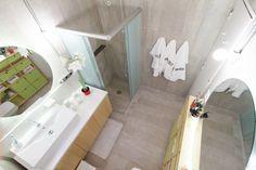 Decora Rosenbaum Temporada 1 - Banheiro. Espelho redondo com luz indireta, revestimento porcelanato concreto cinza. Foto: Felipe Felco Valle