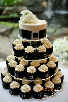 Bridal Black - black wedding cake; black cupcakes for wedding...so cute and then ther would be no trouble for saving the top layer for your first wedding anniversary!!!