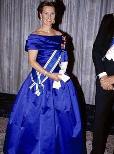 1992 FØRSTE GANG: Sonja debuterte i den flotte kreasjonen under statsbesøket på Island høsten 1992 - og matchet den islandske Falkeorden perfekt i fargen.