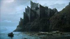 Les Terres de l'Orage Accalmie, siège de la Maison Baratheon, est une puissante forteresse située au bord de la mer et construite de façon à résister à ses assauts. Souvent assiégée, cette place-forte n'est jamais tombée. - Blog de KHALEESIE-KHAL - Skyrock.com