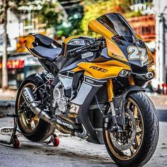 Yamaha Tribute to The King Days. Yamaha R1, Yamaha Motorcycles, Custom Motorcycles, Sport Motorcycles, Ducati Superbike, Custom Sport Bikes, Hot Bikes, Motorcycle Outfit, Super Bikes