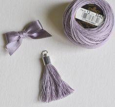 breloque Pompon Gland avec embout métal en fil de coton perlé, entièrement fait main, pour bijou de sac, porte clé, cartonnage, accessoire deco....