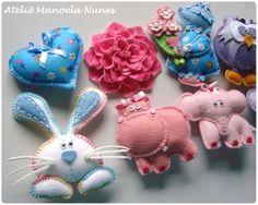 Conjuntos de Chaveiros Sortidos - Chaveiros de Feltro Liso e Estampado Bordados; Animais, Coração, Flor e Boneca Sunbonnet Sue.