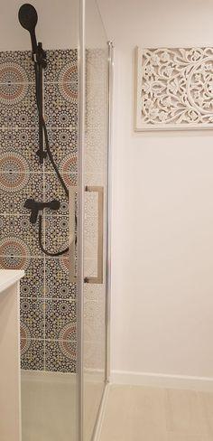 Badideen. Marokkanische Fliesen.  #homedecor #homedesign #lifestyle #wandfliesen #marokkanische #fliesen #innenarchitektur #moroccantiles #marocchine #piastrelle #zellige #fliesen #dekorfliesen #inneneinruchtung #badezimmer #badfliesen #buntefliesen #ausgefallen #kacheln #wandfliesen #wohninspiration #Wohnideen #wohntrends Flat Interior, Interior Ideas, Home Design, Bathrooms, Interiors, House, Home Decor, Furniture, Trendy Tree