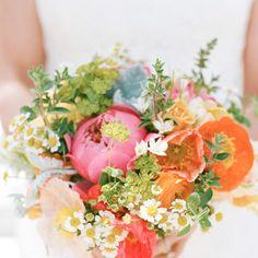 bouquet con peonie, margherite, papaveri