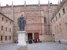 Miguel de Unamuno se enseñaba en la Unviersidad de Salamanca. Otras profesores de la Universidad se quitaban Unamuno porque no eran de acuerdo con lo que enseñaba.