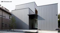 外壁・屋根材の中でも人気のガルバリウム鋼板は、金属ならではの光沢がモダンな印象を作ることから、新築・リフォームともに選ばれています。 そんなガルバリウム鋼板で外観を仕上げるメリットについて、デメリット面やメンテナンスの注意点などと併せて解説します。 ガルバリウム鋼板の外観デザインの House 2, Tiny House, Facade, Arch, Garage Doors, Outdoor Decor, Inspiration, Home Decor, Biblical Inspiration
