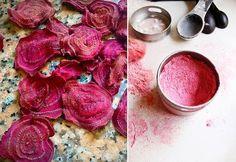 Saviez-vous que vous pouviez utiliser des betteraves pour créer votre propre maquillage? Voici comment faire du blush, de l'ombre à paupières et du colorant à lèvres avec de la poudre de betterave.