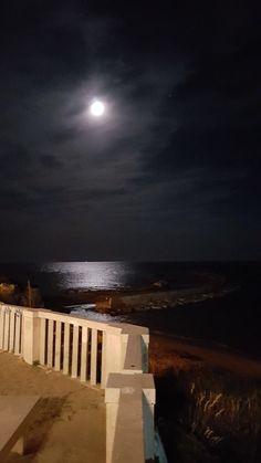 Come la luna , silenziosa ma fa alzare a tutti gli occhi al cielo