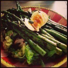 Salade met rucola, little romaine, lollo rosso, pompoenpitten, zonnebloempitten, tomaatjes, radijs, avocado, gegrilde groene asperges, zacht gekookt ei en balsamico dressing #eetsmakelijk #salad #salade #maaltijdsalade #healthyfood #gezond #vegetarisch #kokenisleuk