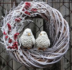 Diy Christmas Door Decorations, Christmas Mesh Wreaths, Christmas Swags, Christmas Crafts For Gifts, Homemade Christmas Gifts, Christmas Mood, Xmas Ornaments, Wreath Crafts, Flower Crafts