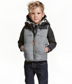 Dark gray melange. Padded vest with detachable, lined hood, zip at front, and side pockets. Lined.
