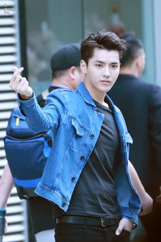 One day, Y/N was walking alone at the street at night. Then, she felt… # Fanfiction # amreading # books # wattpad Kpop Exo, Kris Wu, Chanyeol, Exo Korean, Korean Boy, F4 Boys Over Flowers, Rapper, Kim Minseok, Wu Yi Fan