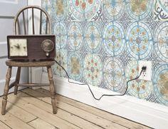 Papel pintado imitación azulejo.