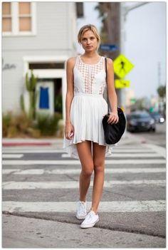 Белое платье, черная сумка, белые кеды.