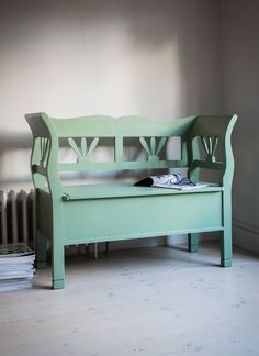 Providing some much needed storage in its seat, our ingenious Small Hungarian Settle Bench is finished in our lovely new Greengage colour