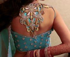30 beeindruckende Designs von Maggam Arbeitsblusen in Indien - Design Kunst Blouse Back Neck Designs, Sari Blouse Designs, Blouse Patterns, Blouse Styles, Indian Blouse, Indian Sarees, Silk Sarees, Indian Attire, Indian Wear
