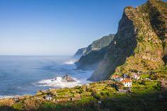 Portugal: Auf den Klippen von Madeira | Pottwale, Tümmler und Co. zu Gast auf der Blumeninsel Madeira - via RP Online 08.11.2014 | Vor der Insel Madeira können Touristen ganzjährig Wale beobachten. Zum Schutz der Tiere bleiben die Boote nicht länger als 30 Minuten bei den Säugern.